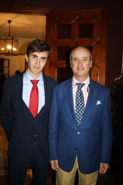 padre e hijo, éste de 18 años, mirando a la cámara, visten de traje